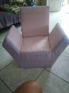 fauteuil en carton recouvert de tissus