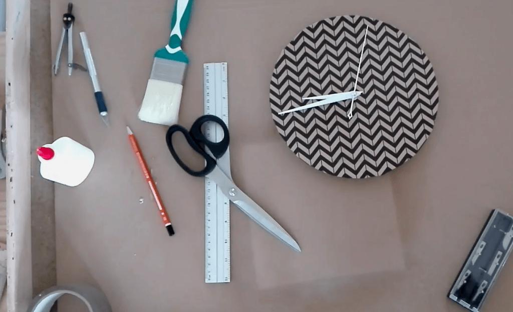 Mise en place du mécanisme dans l'horloge en carton